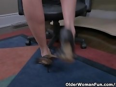 Canadian milf Velvet Skye creams her office chair video on WebcamWhoring.com