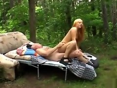 De ouwe kerel spot een jong sletje masturberend in het bos video on WebcamWhoring.com